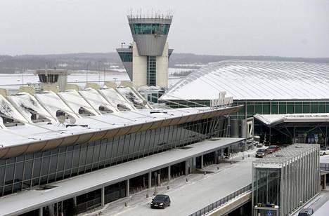 Helsinki-Vantaan lentoasemaa ja lennonjohtotorni.