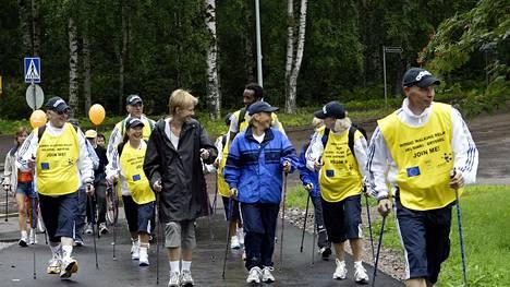 Kymmenen hengen joukkue vei sauvakävelyn sanomaa Helsingistä Brysseliin kävelemällä Saksan halki 1200 kilometriä syksyllä 2004.