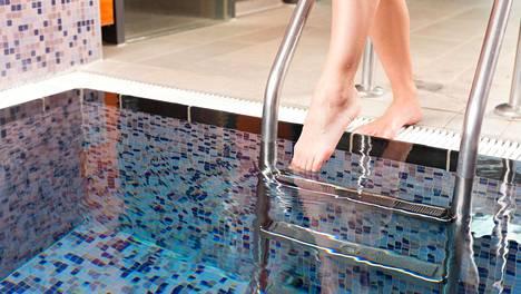 Kylmään veteen pulahtaminen voi tuntua rentouttavalta treenin jälkeen, mutta liiallinen kylmäaltistus voi jopa hidastaa palautumisprosessia.