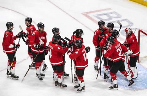 Kanadan joukkue juhlii voittoaan Tšekistä lauantaina 2. tammikuuta Kanadan Edmontonissa.