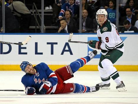 Mikko Koivu kamppaili maanantain kierroksella NY Rangersin Dominic Mooren kanssa.