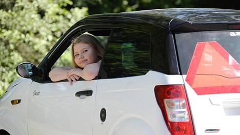 Sipoolainen Sara Aarros, 15, on ehtinyt ajaa mopoautolla kuukauden. Kilometrejä on kertynyt noin 1500.
