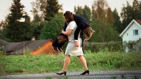 Kaisu (Kaarina Hazard) ei epäröi kantaa olkapäillään sianruhoa tai humalaista miestään Erniä (Mika Nuojua), jos tilanne niin vaatii.