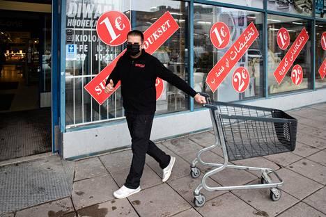 Razgar Abdullah on asunut Suomessa 30 vuotta ja työskentelee Puhoksen ostoskeskuksessa Benossa esimiehenä.