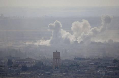 Pommitusten nostattama savu nousee Ras al-Ainin kaupungista tiistaina..