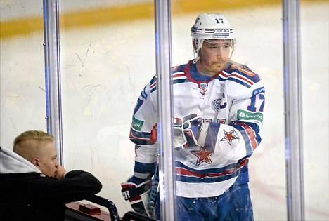 Pietarin SKA:n suurin tähti Ilja Kovaltšuk ei saanut hetken rauhaa siihen asti, kun hän joutui ulos ottelusta saatuaan 5+20 minuuttia tappelun aloittamisesta.