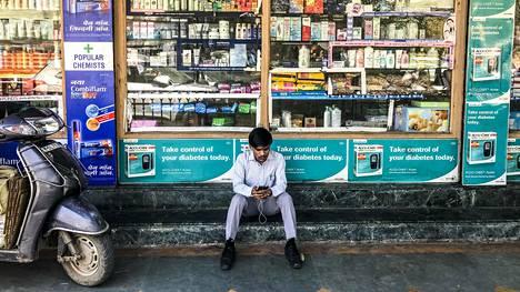 Lääkekioskit levittäytyvät erityisesti Delhin suurten sairaaloiden läheisyyteen. Osassa niistä myydään koviakin lääkkeitä, vaikka asiakkaalla ei ole reseptiä.