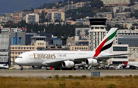 Emirates-lentoyhtiön kone Nizzan lentokentällä.