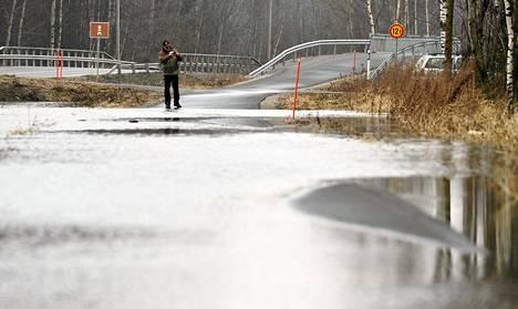 Vesi tulvi tielle Vaasan lentokentän läheisyydessä keskiviikkona.