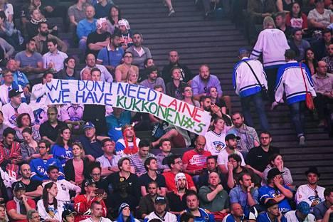 Suomalaisia katsojia seuraamassa Suomen ja Kanadan ottelua Pariisissa viime toukokuussa.