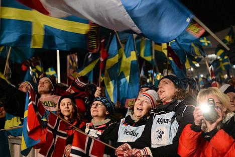 Ruotsalaiset hurrasivat maailmanmestari Johan Olssonille miesten 15 kilometrin kilpailun palkintojenjaossa Falunin keskustassa keskiviikkoiltana.