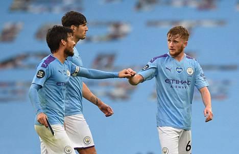 David Silva (vas.), John Stones ja Tommy Doyle juhlivat keskiviikkona, kun Manchester City kaatoi Newcastle Unitedin.