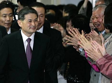 Kannattajat osoittivat suosiota korealaiselle Hwang Woo-sukille huijausoikeudenkäynnin jälkeen.