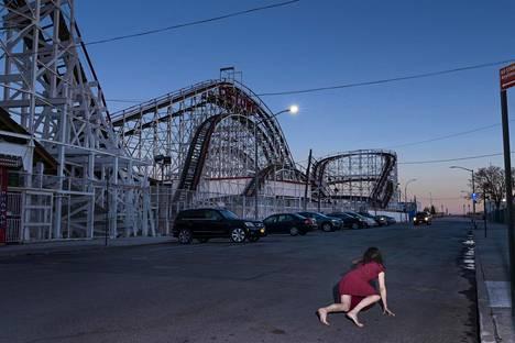 Marja Helanderin New York -valokuvat ovat Cindy Shermanin hengessä lavastettuja tapahtumia.