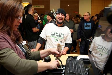 Michael Sherman osti marihuanaa Kaliforniassa tammikuun ensimmäisenä päivänä, kun marihuanan viihdekäyttö laillistettiin.