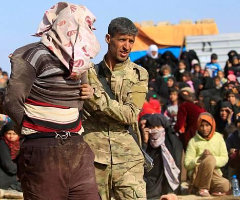 Irakin erikoisjoukkojen sotilas pidätti Isisin taistelijaksi epäillyn miehen Mosulin kaupungissa sunnuntaina. Yhdysvallat tukee ilmapommituksin, tiedustelutiedoin ja erikoisjoukkojen avulla Irakin asevoimia.