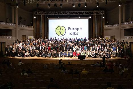Eurooppa puhuu -tapahtumaan osallistuneet kokoontuivat Brysselissä 11. toukokuuta. Osa osallistujista otti yhteyden toisiinsa verkkopuhelun välityksellä.