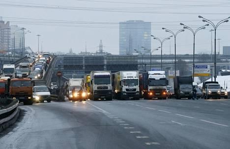 Poliisi pysäytti liikenteen Moskovan Mkad-kehätiellä perjantaina.