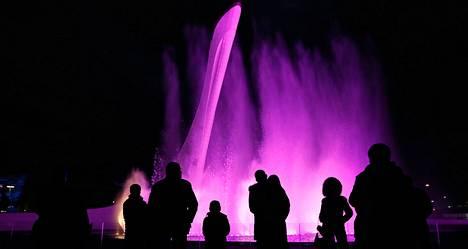 Ihmiset katselivat suihkulähdettä sillä paikalla, johon olympiasoihtu asetetaan. Olympialaisten valmistelut ovat käynnissä Sotšissa.