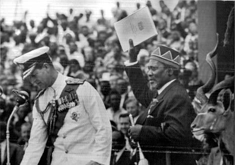 Pääministeri Jomo Kenyatta heiluttaa kädessään itsenäisyysjulistusta, jonka prinssi Philip luovutti hänelle Kenian muuttuessa itsenäiseksi valtioksi.