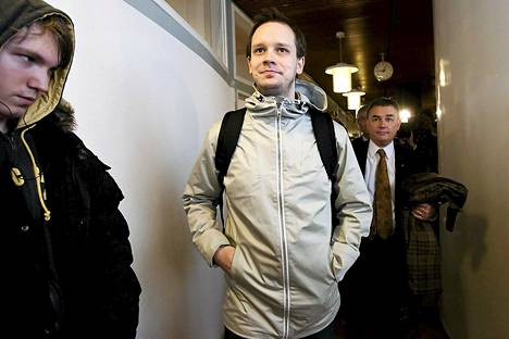 Peter Sunde Kolmisoppi saapumassa Tukholman oikeustalolle vuonna 2009.