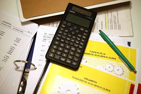 Taloyhtiön kannattaa vaatia viivästyskorko ja huomautusmaksut niiltä osakkailta jotka eivät maksa vastikkeitaan ajallaan.