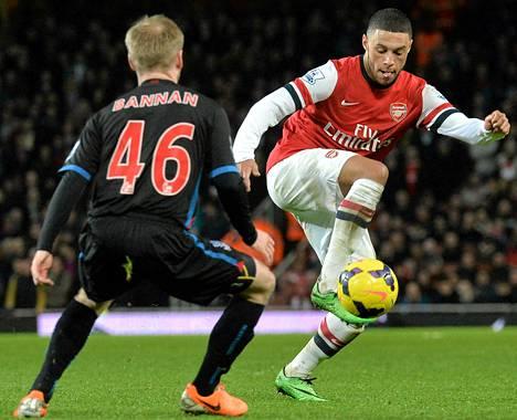 Alex Oxlade-Chamberlain (oik.) palasi ryminällä Arsenalin avauskokoonpanoon polvivamman aiheuttaman viiden kuukauden tauon jälkeen. Oxlade-Chamberlain teki maalit, kun Arsenal voitti kotonaan Crystal Palacen.