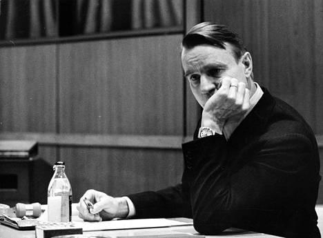 Mauno Koivisto huolestuneena vuonna 1976.