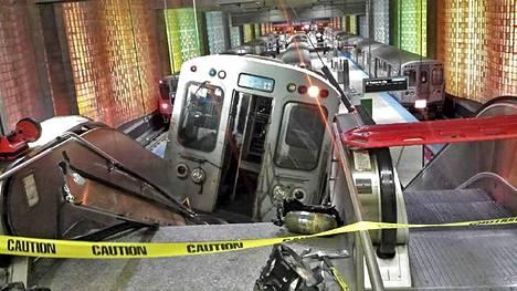 Lähijuna suistui raiteilta ja nousi liukuportaisiin O'Haren lentokentällä Chicagossa maanantaina.
