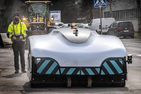 Kadunlakaisurobotille opetetaan reitti, jota sen halutaan kulkevan. Laitetta voi ohjata myös kauko-ohjaimella. Kadunlakaisurobotin täysin itsenäistä liikkumista kaupungin kaduilla rajoittaa muun muassa lainsäädäntö.