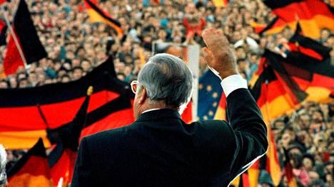 Helmut Kohl osallistui vaalikampanjointiin Erfurtissa itäisessä Saksassa helmikuussa 1990.