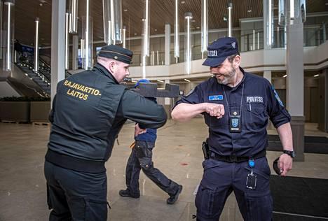 Jani Tiihonen ja Ivo Utsar kehuvat kahden maan rajaviranomaisten yhteistyötä satamissa saumattomaksi.