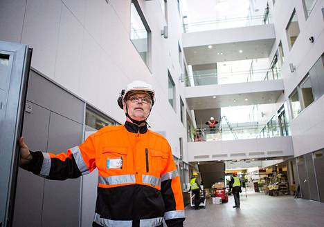 Sairaalarakennuksen aulaan tulee muun muassa itsepalveluautomaatteja, joilla potilaat voivat ilmoittautua sairaalaan. Vieressä on kanttiini ja ravintola, kertoo sairaanhoitopiirin projektipäällikkö Juhani Kouri.