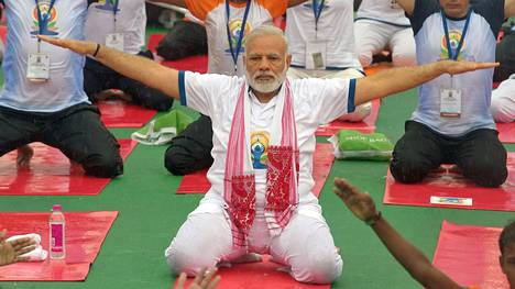 Pääministeri Narendra Modi osallistui viime kesänä kansainväliseen joogapäivään. Nyt hän on luvannut osallistua kuntoiluhaasteeseen Twitterissä.