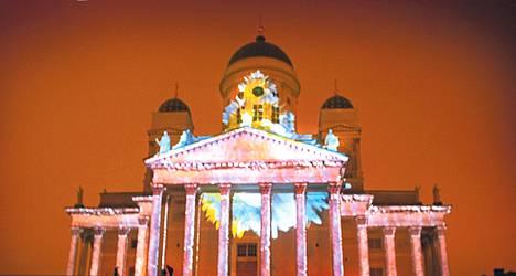 Lux Helsinki viime vuonna: taiteilijapari Casa Magica teki Tuomiokirkolle valotemput.
