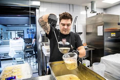 Maxin kalassa työskentelevä Miki Kurkela vastaa kalakeiton valmistuksesta.