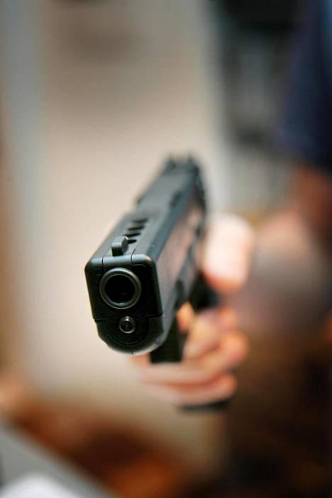 15-vuotiasta uhria muun muassa ammuttiin kuulapyssyllä.