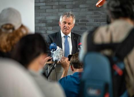 Frankfurtin poliisipäällikkö kertoi sunnuntaina medialle kaupungin yöllisistä väkivaltaisista kahakoista.