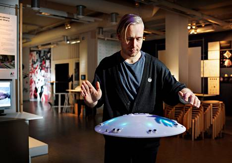 Tommi Koskinen halusi keikoilleen lisää näyttävyyttä ja kehitti UFOn. Idea siihen syntyi Media Labin kurssilla.