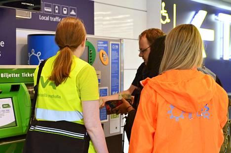 VR:n ja HSL:n lipunmyyjät auttoivat matkustajia ostamaan oikean matkalipun Helsinki-Vantaan lentoasemalla Vantaalla keskiviikkona.