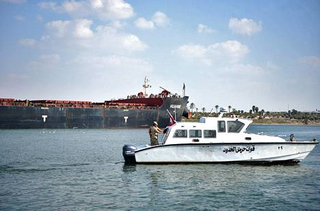 Egyptin rannikkovartiosto valvoi rahtialusten matkaa Suezin kanaalissa 30. maaliskuuta.