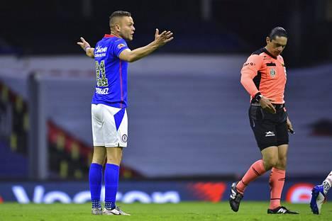 Cruz Azulin Jonathan Rodriguez ei voinut kun levitellä käsiään erotuomari Oscár Maciasille.