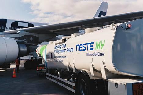 Nesteen uusiutuvaa lentopolttoainetta tankattiin koneeseen Helsinki-Vantaan lentoasemalla vuoden 2017 syyskuussa.