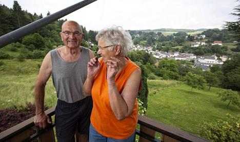 Eisenschmittin kylä levittäytyy Peter ja Brunhilde Bronin terassin eteen. Pariskunnalla on terassilla web-kamera, jonka kautta maisemaa voi ihailla muualtakin.