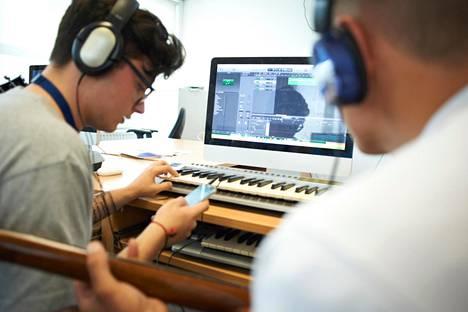 Tietokonetta ja mobiililaitetta voi käyttää sekä äänitykseen että soittamiseen.