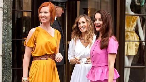 Cynthia Nixon, Sarah Jessica Parker ja Kristin Davis Sinkkuelämää 2 -elokuvassa vuodelta 2010. Näyttelijät tekevät seuraavaksi jatkoa Sinkkuelämää-televisiosarjaan.
