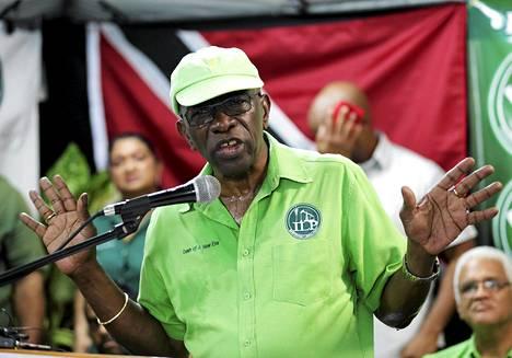 Jack Warner sai Etelä-Afrikalta 10 miljoonan dollarin edestä rahaa. Rahasiirtoa epäillään MM-lahjuksiksi.