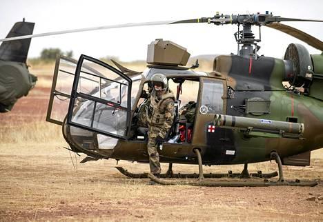 Timbuktusta palannut ranskalaissotilaiden helikopteri sotilastukikohdassa  Sevaren kaupungissa Malissa.