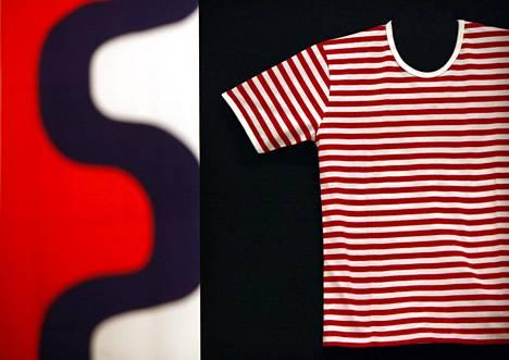 Annika Rimalan 1960-luvulla suunnittelema Tasaraita ja Maija Isolan suunnittelema Seireeni olivat näytillä Marimekon 60-vuotisnäyttelyssä Designmuseossa vuonna 2011.