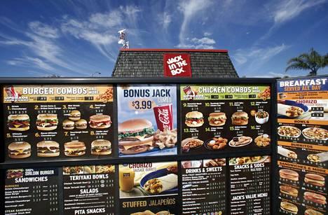 Amerikkalaisravintolat joutuvat jatkossa ilmoittamaan ruoka-annostensa sisältämät kalorimäärät ruokalistoissa. Kuvassa pikaruokaketju Jack in the Boxin autokaista San Diegossa Kaliforniassa.